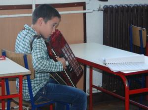 Harmoniku svira Lazar Mrdak