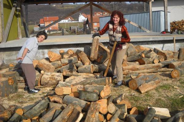 zene cepaju drva 1